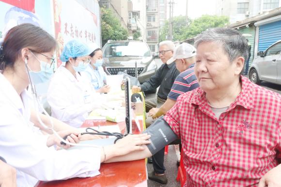 """南昌首大医院开展""""党员办实事,健康进社区""""义诊活动"""