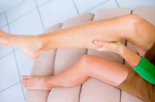 前列腺肥大自我疗法一双腿蜷曲保持放松